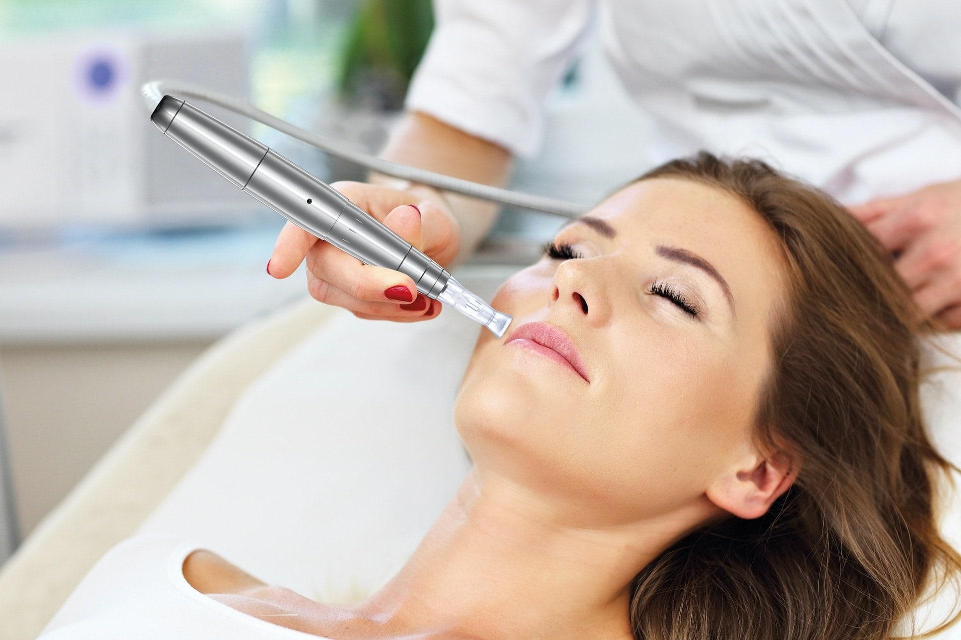 Renata Kajtaz Kosmetikinstitut Ehingen - Bild von Gesichtsbehandlung einer liegenden Frau