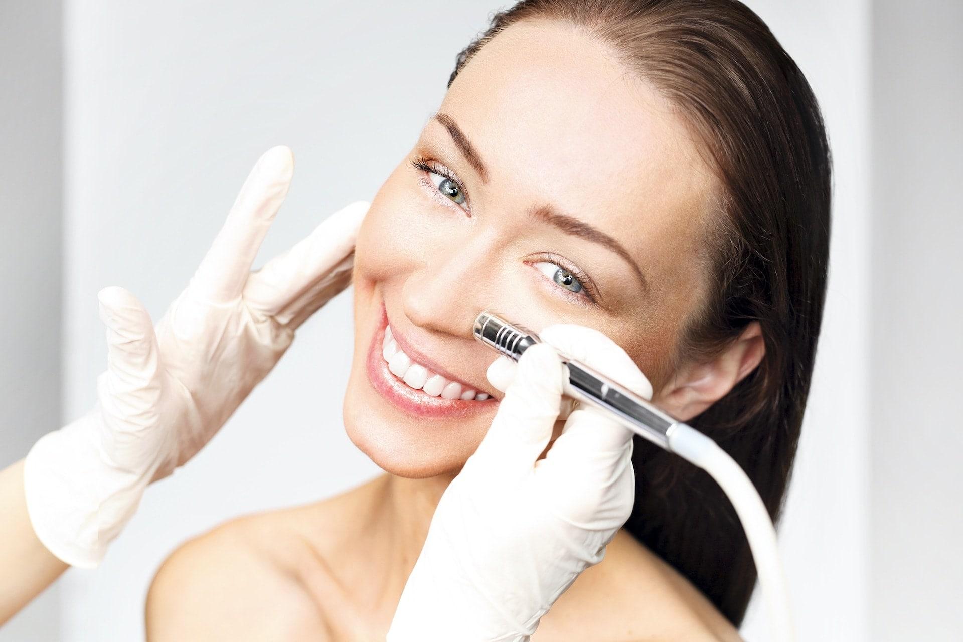 Renata Kajtaz Kosmetikinstitut Ehingen - Bild von Frau die im Gesicht behandelt wird und in Kamera lacht
