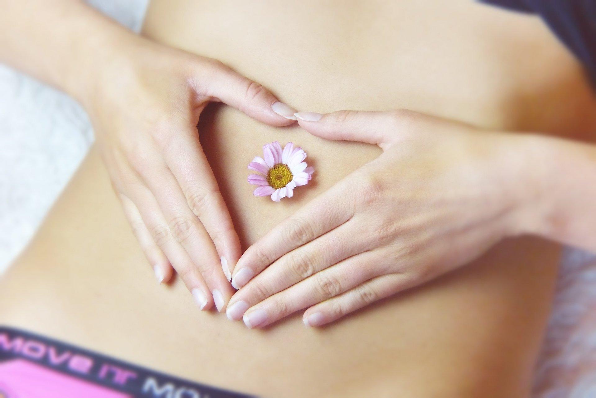 Renata Kajtaz Kosmetikinstitut Ehingen - Bild von Bauchnabel mit Blüte einer Blume